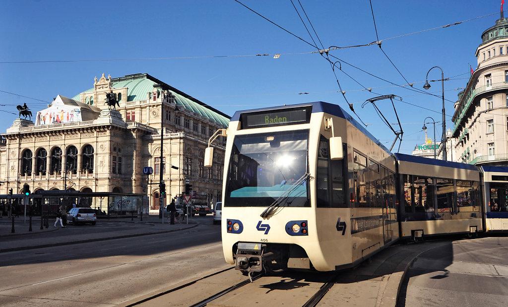 Badner Bahn in der Wiener Innenstadt