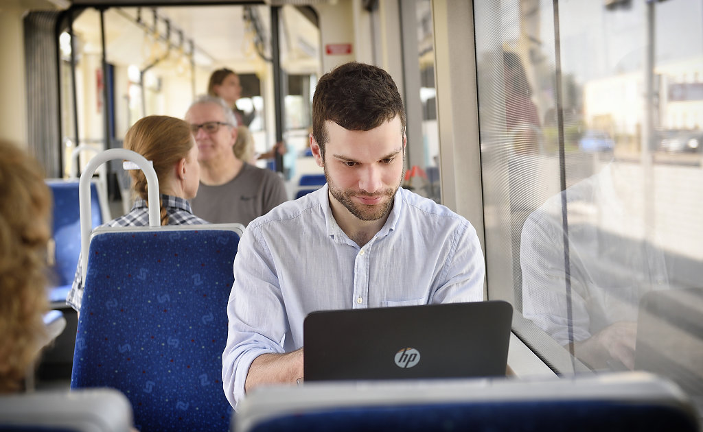 Fahrgäste in der Badner Bahn
