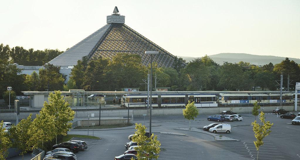Badner Bahn in der Haltestelle Vösendorf Shopping City Süd