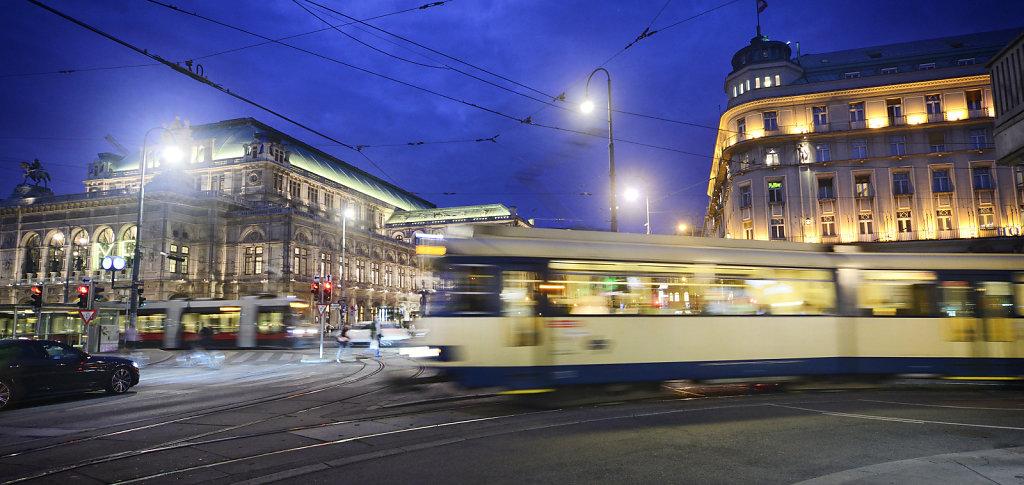 Badner Bahn bei Nacht