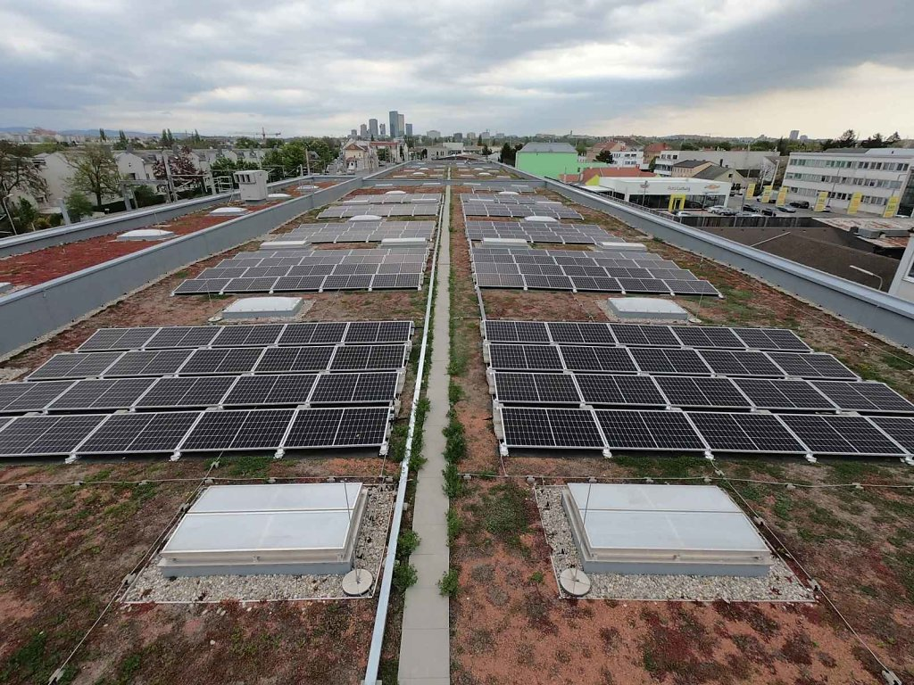 PV-Anlage auf dem Dach der Remise